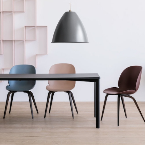 Gubi chaise Beetle coque plastique, pieds bois – GamFratesi